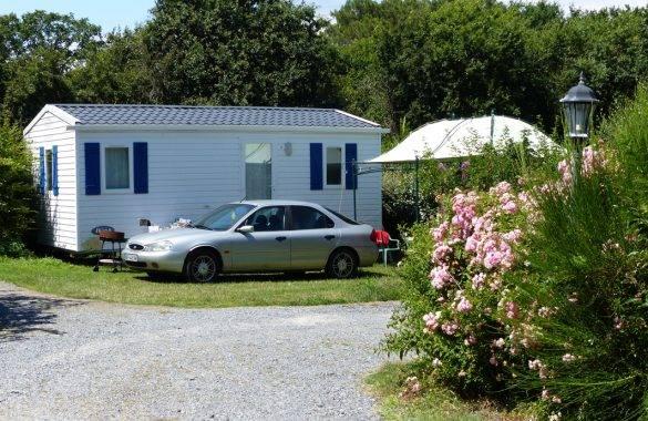 un mobil home domino sur un grand emplacement - Camping Les Parcs