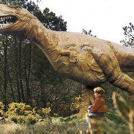 scène  avec un dinosaure - Camping Les Parcs