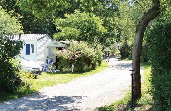une allée de circulation dans le camping  - Camping Les Parcs
