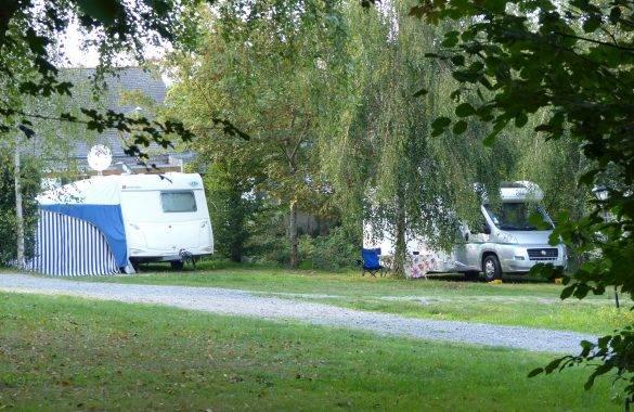 un camping car stationné au camping à pénestin - Camping Les Parcs