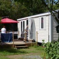 un mobil home confortable avec sa terrasse ensoleillée - Camping Les Parcs