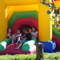 enfants regroupés à l'ombre de la structure gonflable - Camping Les Parcs