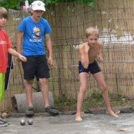 enfants jouant une partie de boulles à pénestin - Camping Les Parcs