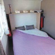 la chambre parentale du mobil home tithome - Camping Les Parcs