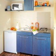 la cuisine du mobil home domino petit mais très pratique - Camping Les Parcs