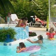 enfants s'amusant à la piscine couverte du camping - Camping Les Parcs