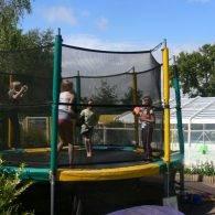 les enfants faisant des sauts dans l'un des trampolines du camping les parcs - Camping Les Parcs