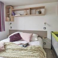 la chambre parentale d'un mobil home confort au camping les parcs - Camping Les Parcs