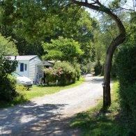 une voie de circulation - Camping Les Parcs