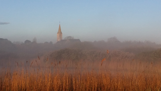 le soleil se lève sur les marais et le bourg de pénestin - Camping Les Parcs